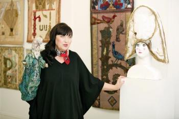Нинель Комина на выставке работ художницы Марины Азизян в галерее «Красный мост»