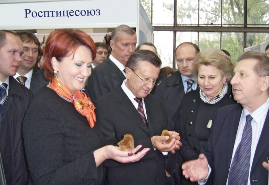 Слева направо: Елена Скрынник, министр сельского хозяйства РФ, Виктор Зубков, Председатель Правительства РФ, Владимир Фисинин, президент Росптицесоюза