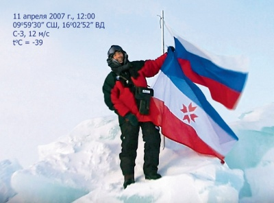Председатель Совета директоров агрохолдинга «Талина» Виктор Бирюков поднял флаги России и Мордовии на Северном полюсе