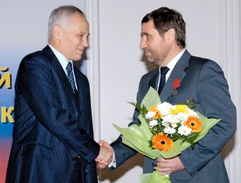 Григорий Рапота вручает Виктору Бирюкову медаль ордена «За заслуги перед Отечеством» II степени. Нижний Новгород, 2009 г.