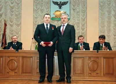 Церемония награждения Владимира Зотова медалью ордена «За заслуги перед Отечеством» II степени. Слева – губернатор Белгородской области Евгений Савченко