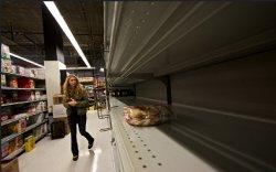 Поставки отдельных товаров в торговые сети заморожены из-за обвала рубля
